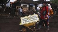 FOTO : Membersihkan Sisa Banjir Bandang Banyuwangi