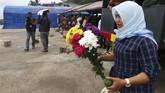 Hotna Saragih (38)penumpang selamat KM Sinar Bangun menangis saatmengingat kejadian kapal tenggelam diDanau Toba, Sumatera Utara, Kamis (21/6). (dok. ANTARA FOTO/Irsan Mulyadi)
