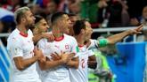 Granit Xhaka dan para pemain Swiss lainnya merayakan gol penyama skor 1-1 pada menit ke-52. Tendangan kencang dari luar kotak penalti tak mampu ditepis kiper Serbia, Vladimir Stojkovic.(REUTERS/Gonzalo Fuentes)
