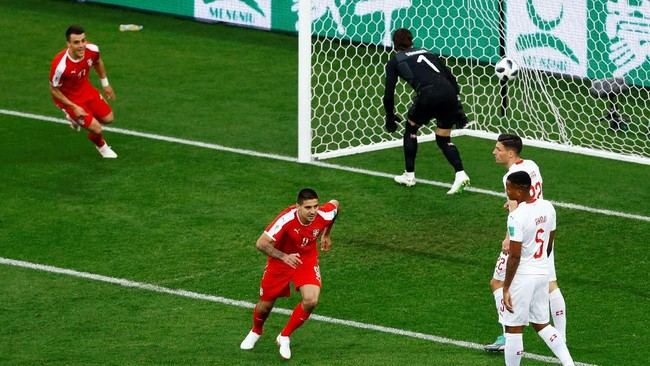 Laga baru berjalan lima menit, striker SerbiaAleksandar Mitrovic membobol gawang Swiss. Tandukan Mitrovic menyambut umpan silang Dusan Tadic tak mampu dicegah kiper Yann Sommer. (REUTERS/Fabrizio Bensch)