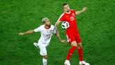 Duel gelandang Swiss Valon Behrami dan play-maker Serbia Sergej Milinkovic-Savic. Setelah sukses menutup ruang gerak Neymar, Behrami juga sukses menjaga pertahanan Swiss dari lini tengah saat melawan Serbia. (REUTERS/Fabrizio Bensch)