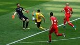 Eden Hazard ketika mencetak gol keempat Belgia. Ia menerima umpan lambung, menahan bola dengan dada, dan kemudian melewati kiper Farouk Ben Mustapha dan menceploskan bola ke gawang yang kosong. (REUTERS/Kai Pfaffenbach_