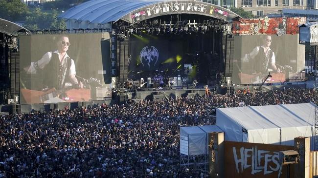 Saat mantan suami Amber Heard itu tampil, sekitar panggung pun disesaki penggemar. (REUTERS/Stephane Mahe)