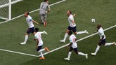 Kane merayakan gol penalti tersebut bersama rekan-rekannya. Kane berpotensi menyusul Alan Shearer menjadi salah satu striker tersubur timnas Inggris di Piala Dunia. (REUTERS/Ivan Alvarado)