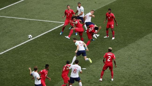 Inggris unggul di menit ke-8 berkat sundulan bek tengah John Stones, memanfaatkan tendangan sudut Kieran Trippier. Stones berhasil melewati penjagaan Amir Murillo. (REUTERS/Ivan Alvarado)
