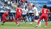Di babak kedua, Inggris menambah gol lewat Kane. Berawal dari sepakan Ruben Loftus Cheek dari luar kotak penalti, bola membentur Kane yang berdiri sejajar dengan barisan pertahanan Panama. Kane pun menorehkan hattrick pada laga kali ini. (REUTERS/Lucy Nicholson)
