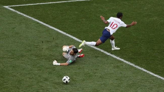 Inggris terus menggedor pertahanan Panama. Raheem Sterling sempat berhadapan satu lawan satu dengan Penedo, tapi gagal menyelesaikan peluang. Inggris menutup babak pertama dengan skor 5-0. (REUTERS/Ivan Alvarado)