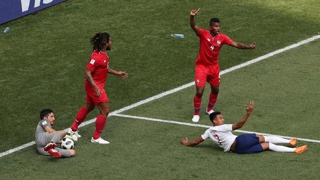 Wasit menunjuk titik putih setelah Jesse Lingard dijatuhkan di kotak penalti ketika menerima umpan lambung dari tengah. (REUTERS/Ivan Alvarado)