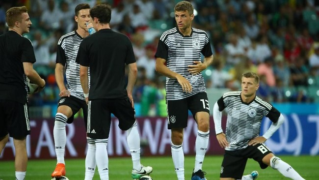 Timnas Jerman tidak memasukkan empat pemain starter saat laga melawan Meksiko ke pertandingan kontrak Swedia. Keempat pemain tersebut adalah Mats Hummels, Marvin Plattenhardt, Mesut Oezil, dan Sami Khedira. (REUTERS/Michael Dalder)