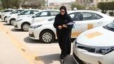 Maria dan Amira adalah dua dari sekitar 200 wanita di perusahaan minyak negara Aramco yang mendapat tawaran perusahaan untuk belajar mengemudi di Dhahran menyusul sejak diberikannya izin mengemudi bagi perempuan di sana. (REUTERS/Ahmed Jadallah)