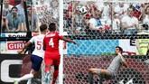 Empat menit sebelum babak pertama berakhir, Inggris kembali sukses mengoyak gawang Panama. Stones kembali mencatatkan namanya di papan skor berkat tandukan kerasnya. (REUTERS/Murad Sezer)