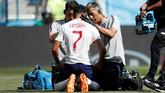 Jesse Lingard mendapatkan perawatan ketika ia dilanggar oleh para pemain Panama di menit-menit awal Pertandingan. Laga antara Timnas Inggris dan Panama ini berlangsung menarik sepanjang pertandingan. (REUTERS/Carlos Barria)