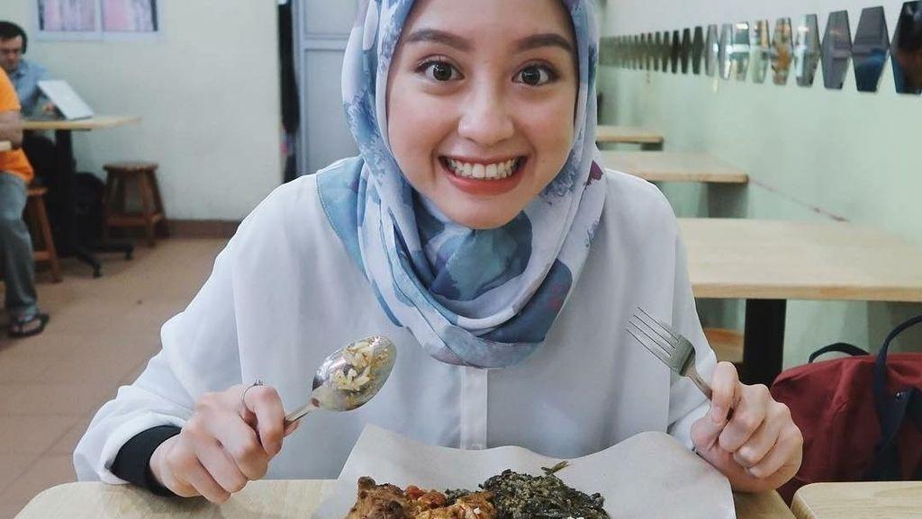 Cantiknya Ekspresi Gitasav, Kim Ji Won Versi Indonesia Ketika Melahap Nurger dan Nasi Padang