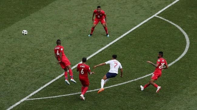 Di menit ke-36, Inggris menambah keunggulan menjadi 3-0 berkat gol indah Jesse Lingard. Di luar kotak penalti, ia menyelesaikan peluang dengan sebuah tendangan keras ke pojok kanan gawang. (REUTERS/Ivan Alvarado)
