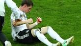 Hidung gelandang timnas Jerman Sebastian Rudy mengeluarkan darah usai terbentur sepatu pemain Swedia. Rudy pun digantikan Ilkay Guendogan pada menit ke-31. (REUTERS/Hannah McKay)