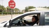 Kesempatan mengemudi sendiri memberi kemudahan bagi Maria dan Amira dalam melakukan aktivitas sehari-hari. Tampak Maria al-Faraj saat memberhentikan mobilnya di tanda berhenti selama pelatihan mengemudi di Dhahran, Arab Saudi. (REUTERS/Ahmed Jadallah)