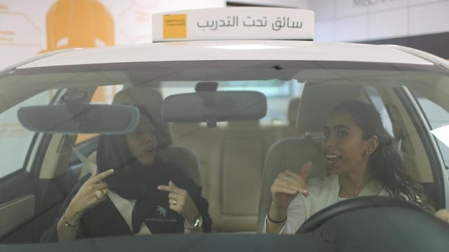 Pada 24 Juni, perempuan Saudi diizinkan untuk mengemudi untuk pertama kalinya. Beberapa di antaranya mengikuti pelatihan di sekolah mengemudi di Saudi Aramco Driving CenterdiDhahran. Maria al-Faraj salah satu di antaranya. (REUTERS/Ahmed Jadallah)