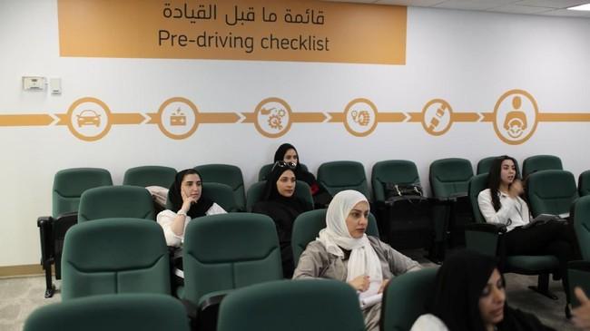 Sekitar 5 persen dari 66.000 staf Aramcoadalah perempuan. Itu artinya sekitar3.000 lebih pada akhirnya dapat mendaftar di sekolah mengemudi. Beberapa tampak hadir mengantre menunggu giliran. (REUTERS/Ahmed Jadallah)
