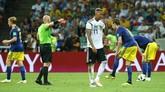 Jerome Boateng dikartu merah pada menit ke-82. Itu jadi kartu merah kedua di Piala Dunia 2018 setelah Carlos Sanchez. Boateng pun menjadi pemain kedelapan Jerman yang dapat kartu merah di Piala Dunia. (REUTERS/Michael Dalder)