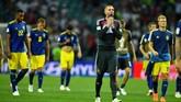 Pemain Swedia tampak lesu usai timnya dikalahkan Jerman 1-2. Swedia untuk pertema kali menelan kekalahan di fase grup dalam 11 pertandingan terakhir di babak grup Piala Dunia. (REUTERS/Dylan Martinez)