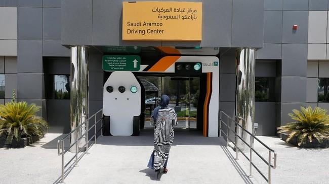 Selain Maria, ada juga Amira Abdulgader yang mengungkapkan dirinya ingin duduk di belakang kemudi, sebagai seseorang yang memegang kendali, dan bisa memberikan tumpangan ke ibunya di sampingnya. Suasana di Saudi Aramco Driving Center di Dhahran, Arab Saudi. (REUTERS/Ahmed Jadallah)