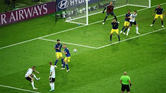 Toni Kroos memberikan kemenangan untuk Jerman setelah mencetak gol ke gawang Swedia lewat tendangan yang ciamik menit ke-90+5. Gol Kroos itu jadi yang terlama di Piala Dunia di luar babak tambahan waktu. (REUTERS/Hannah McKay)