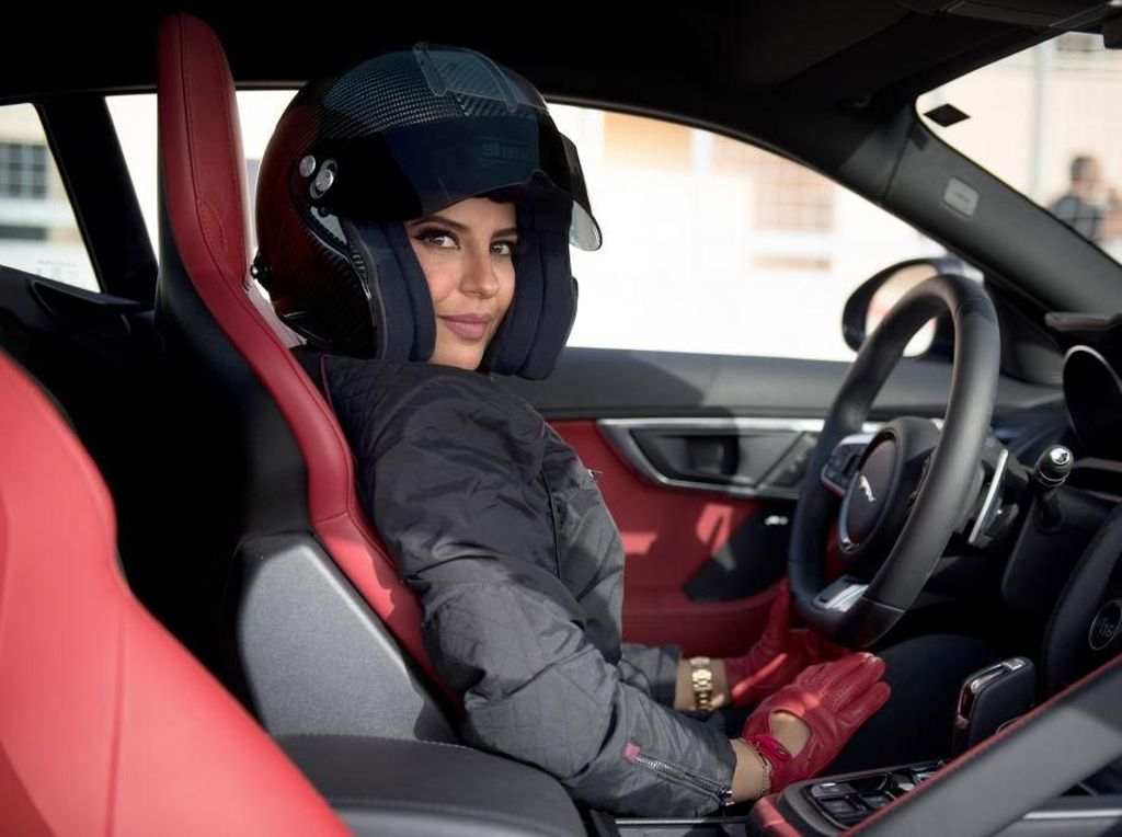 Foto: Aseel Al Hamad, Pebalap Cantik yang Cetak Sejarah di Arab Saudi