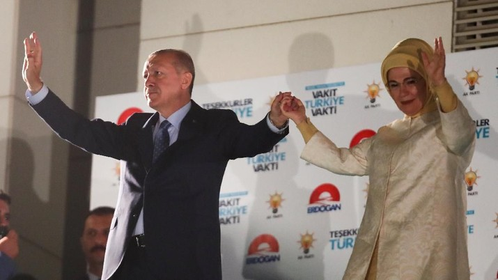 Turkish President Tayyip Erdogan and his wife Emine Erdogan greet supporters at the AKP headquarters in Ankara, Turkey June 25, 2018. REUTERS/Umit Bektas