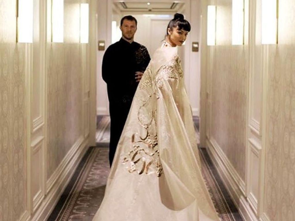 Menikah di Italia, Kelly Tandiono Memukau dengan Gaun Berhias Bordir