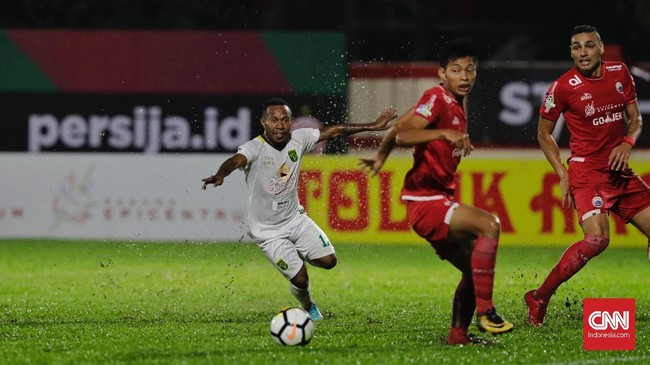 Laga lanjutan Liga 1 2018 antara Persija Jakartadan Persebaya Surabaya yang gagal terlaksana di Stadion Sultan Agung, Yogyakarta, pada 3 Juni 2018 akhirnya berlangsung di Stadion Perguruan Tinggi Ilmu Kepolisian (PTIK), Jakarta, Selasa (26/6). (CNN Indonesia/Adhi Wicaksono)