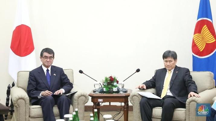 Menteri Luar Negeri Jepang Taro Kono melanjutkan agenda kunjungannya ke Indonesia dengan berkunjung ke kantor Sekretariat ASEAN.