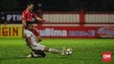 Persija melakukan tekanan sejak awal laga. Rezaldi Hehanusa kerap melakukan tusukan di sisikiri sekaligus melepaskan umpan-umpan ke kotak penalti Persebaya. (CNN Indonesia/Adhi Wicaksono)
