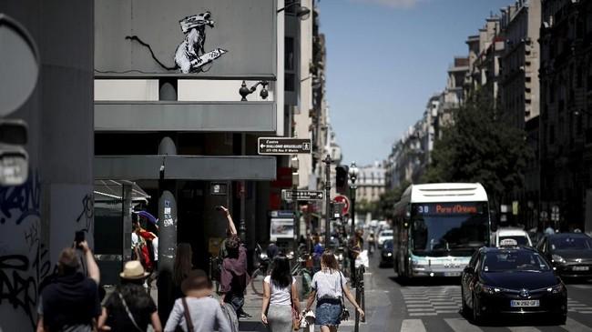 Banksy merupakan seniman jalanan misterius yang kerap menyampaikan kritik dengan coretan mural. Serial karya terbarunya terlihat di dekat panggung konser Bataclan di Paris, Senin (25/6) waktu setempat. (REUTERS/Benoit)