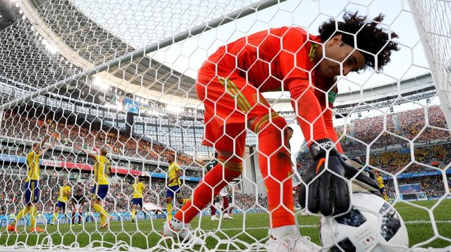 Guillermo Ochoa kembali memungut bola dari gawang usaiEdson Alvarez mencetak gol bunuh diri di menit ke-74. Skor 3-0 untuk Swedia (REUTERS/Andrew Couldridge)