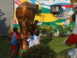 Keren! Ada Replika Trofi Piala Dunia di Kampung Ini