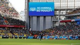 Penggunaan Video Assistant Referee (VAR) dalam Piala Dunia 2018 menghadirkan pengalaman baru bagi penonton dan wasit. (REUTERS/Jason Cairnduff)