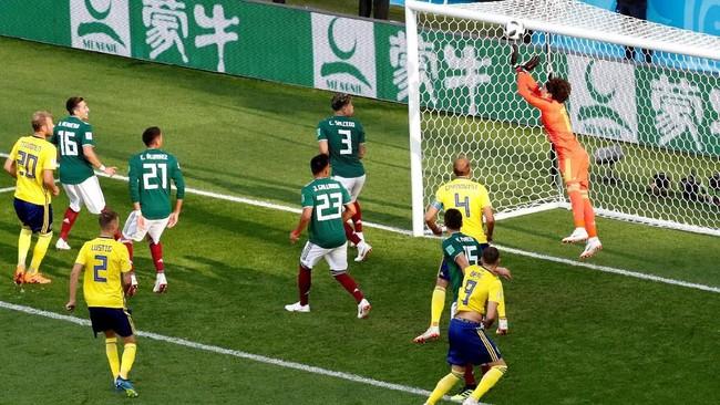 Kiper Meksiko, Guillermo Ochoa tampil brilian dan melakukan sejumlah penyelamatan penting di babak pertama untuk membuat skor tetap 0-0.(REUTERS/Damir Sagolj)