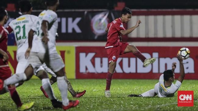 Gelandang Novri Setiawan menjadi penyelamatPersija melalui gol yang dibukukan pada menit ke-51. (CNNIndonesia/Adhi Wicaksono)