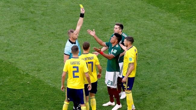 Pertandingan sudah panas sejak awal karena bek Meksiko, Jesus Gallardo terkena kartu kuning saat laga baru berjalan satu menit. (REUTERS/Damir Sagolj)