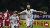 Persebaya mencetak gol pada menit ke-20. Serangan balik tim tamu dituntaskan Rishadi Fauzi (CNNIndonesia/Adhi Wicaksono).