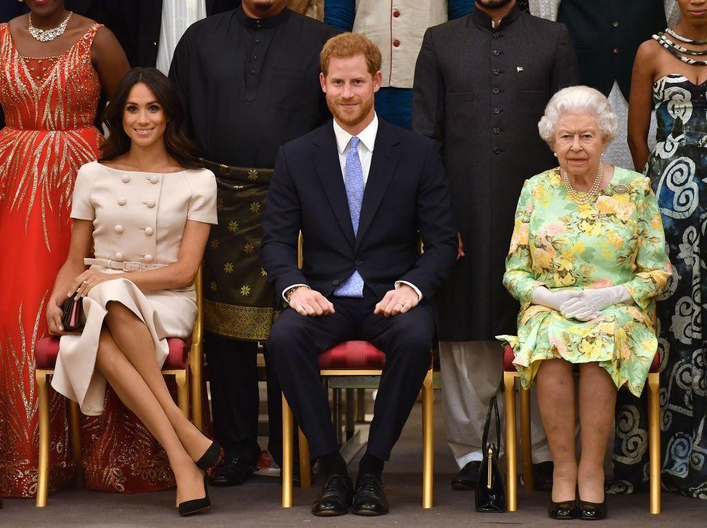 Foto: Duduk Bersilang Kaki, Meghan Markle Langgar Protokol Kerajaan?