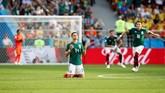 Javier 'Chicarito' Hernandez berdoa sebelum laga Meksiko lawan Swedia dimulai. (REUTERS/Jason Cairnduff)