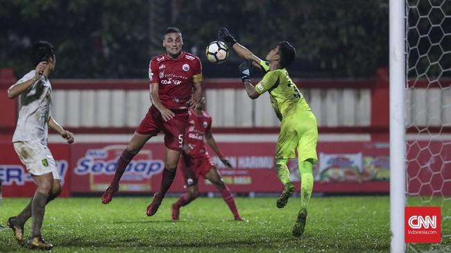 Tertinggal 0-1, Persija gencar menyerang Persebaya. Bek Jaimerson da Silva turut membantu lini serang tim ibu kota yang tidak diperkuat Marko Simic. (CNNIndonesia/Adhi Wicaksono)