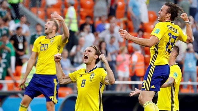 Swedia merayakan keberhasilan menjadi juara grup F dengan catatan enam poin. (REUTERS/Darren Staples)