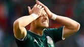 Javier 'Chicharito' Hernandez sangat kecewa karena gagal memanfaatkan peluang yang ia dapat menjadi gol. (REUTERS/Jason Cairnduff)