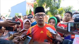 VIDEO: Ridwan Kamil Sungkeman Sebelum Nyoblos