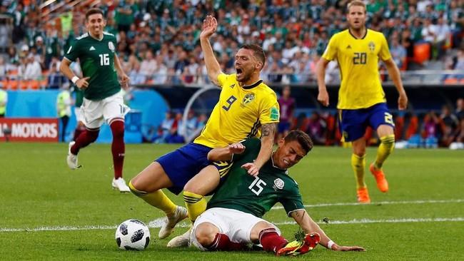 Swedia mendapatkan penalti di menit ke-61 setelah Hector Moreno melanggar Marcus Berg di kotak terlarang. (REUTERS/Jason Cairnduff)