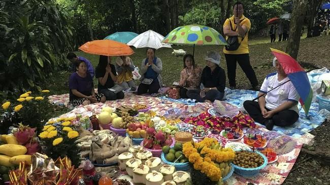 Sementara pencarian terus berlangsung, orang tua dan keluarga 13 korban berdoa agar mereka masih bisa ditemukan dalam keadaan selamat. (REUTERS/Stringer)