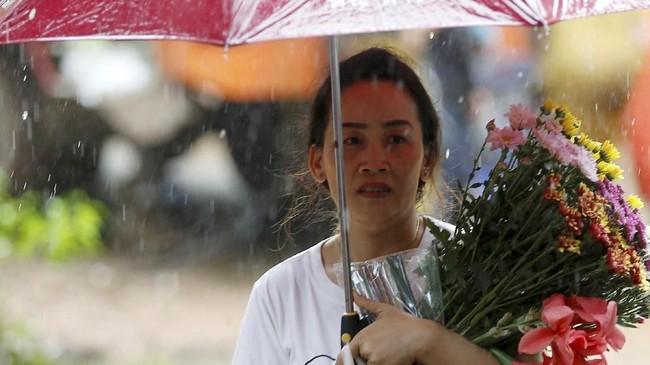 Sebagian besar dari para orang tua menetap di kamp seadanya dekat gua Tham Luang Non sejak mendapatkan kabar bahwa anak-anak mereka hilang pada Sabtu (23/6). REUTERS/Soe Zeya Tun