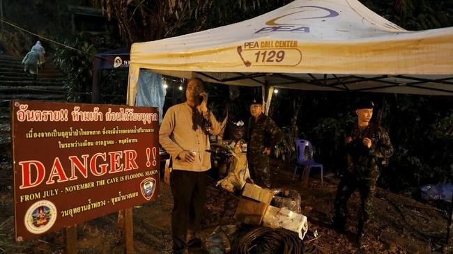 Tim penyelamat pun dikerahkan untuk mencari belasan remaja dan sang pelatih yang terjebak di gua tergenang itu sejak akhir pekan lalu. (REUTERS/Soe Zeya Tun)